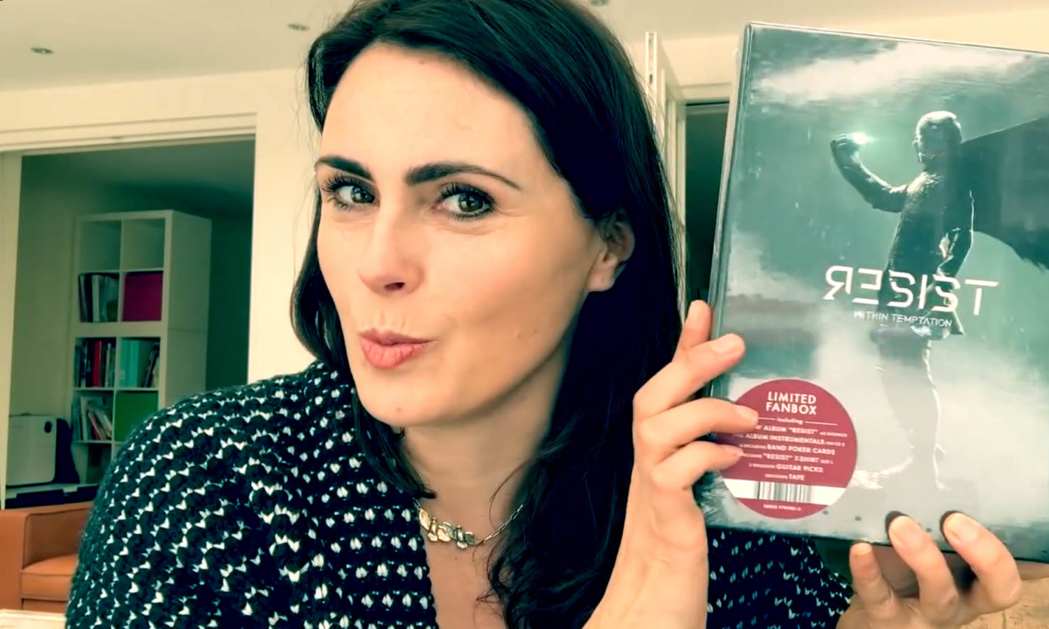 Sharon den Adel unboxing RESIST album